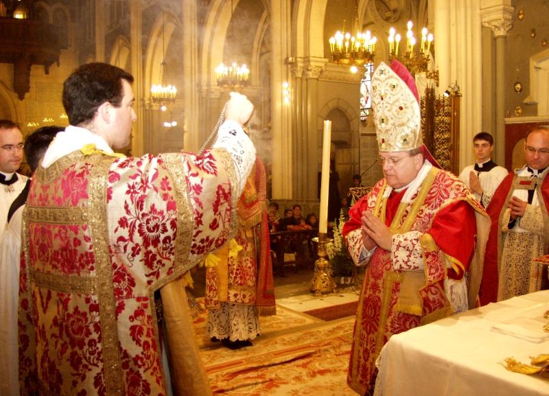 Il pontefice incensato, immagine di Cristo. S. E. R. Mons. Burke, Basilica di Lourdes